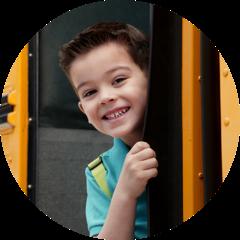Petit garçon dans un autobus